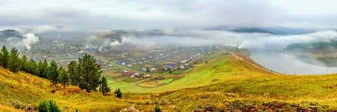 Das alte russische Dorf Kaga am Frühherbstmorgen umfasst mit Nebel stockbild