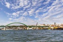 Das alte Sava-` s Brücke und Branko-` s Brücke, die über Sava River With Savamala Old überspannt, versenden Dock-und Belgrads im  stockbild