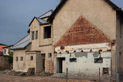 Das alte schädigende Haus Stockfotos