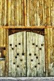 Das alte Scheunentor von den hölzernen Planken Stockfotos