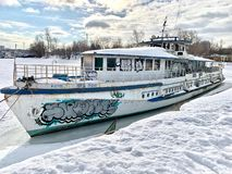 Das alte Schiff ist auf Khimki-Reservoir, die Stadt von Moskau stockfoto