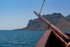 Das alte Schiff ` s auf Meer mit Bogen zum Berg Stockbilder