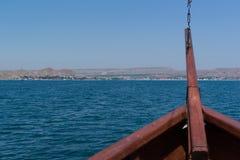Das alte Schiff ` s auf Meer mit Bogen zum Ufer Lizenzfreies Stockfoto