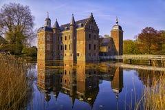 Das alte Schloss auf der Bank des Sees Stockbilder