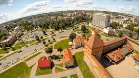 Das alte Schloss von Prinzen Gedimin in der Stadt von Lida belarus Schattenbild des kauernden Geschäftsmannes Lizenzfreie Stockfotografie