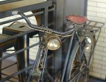 Das alte schwarze Fahrrad für Show stockfoto