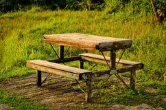 Das alte Tabellenpicknick auf dem Gebiet Lizenzfreie Stockbilder