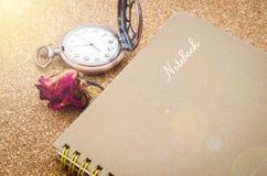 Das alte Tagebuch mit trockenen roten Rosen Lizenzfreies Stockfoto
