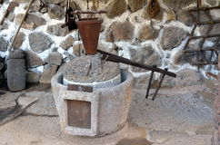 Das alte Teil der alten Maschinerie der Olivenölproduktion des Ölpresse-Mühlsteins, der Steinmühle und der mechanischen Presse wi Lizenzfreies Stockfoto