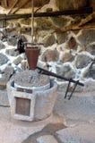 Das alte Teil der alten Maschinerie der Olivenölproduktion des Ölpresse-Mühlsteins, der Steinmühle und der mechanischen Presse wi Stockfotos