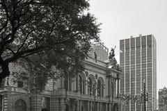 Das alte Theater im Gegensatz zu modernen Gebäuden Stockbilder