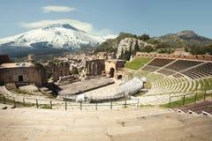 Das alte Theater von Taormina und von Berg Volcano Etna schneebedeckt lizenzfreies stockfoto
