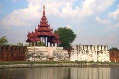Das alte Tor mit einer Bastion in der alten Stadt an einem bewölkten Abend Mandalay, Birma Lizenzfreie Stockfotos