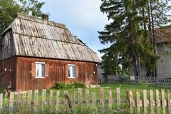 Das alte, traditionell, Holzhaus mit dem hölzernen Dach stockfotografie