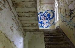 Das alte Treppenhaus in verlassenem ruiniertem Gebäude, verlorene Plätze Lizenzfreie Stockfotos