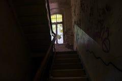 Das alte Treppenhaus in verlassenem ruiniertem Gebäude, verlorene Plätze Stockfotos