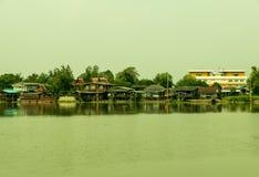 Das alte Ufergegendhaus oder sich hin- und herbewegendes Haus Stockbilder