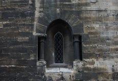 Das alte und alte Fenster in der Steinwand Lizenzfreie Stockfotografie