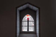 Das alte und alte Fenster in der Dunkelkammer Lizenzfreies Stockfoto