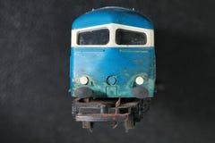 Das alte und schmutzige Plastikmodell des Zugs stellen das vorbildliche tra dar lizenzfreie stockfotos