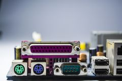 Das alte und staubige Motherboard vom Computer Blaue Farbe schalter Details vom Personal-Computer reparatur staub lizenzfreie stockfotografie
