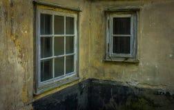 Das alte und verfallene Fenster eines Hauses Stockfotografie