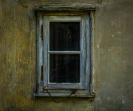 Das alte und verfallene Fenster eines Hauses Lizenzfreie Stockbilder