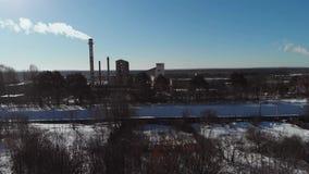 Das alte Unternehmen im verschneiten Winter Geb?udebasis, Hangars Luftschu? Kamine, die die Luft verunreinigen Rohrkessel im Gewi stock video