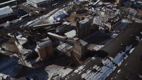 Das alte Unternehmen im verschneiten Winter Geb?udebasis, Hangars Luftschu? Kamine, die die Luft verunreinigen Rohrkessel im Gewi stock footage