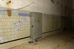 Das alte verlassene elektrische verteilende Brett im Gebäude Stockbild