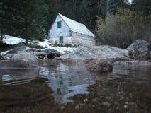 Das alte, verlassene watermill und die Reflexion im Wasser Stockfotos