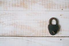 Das alte Vorhängeschloß und der Schlüssel auf einem weißen hölzernen Hintergrund Beschneidungspfad eingeschlossen Lizenzfreies Stockbild