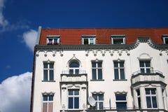 Das alte weiße Haus mit Balkonen stockfoto