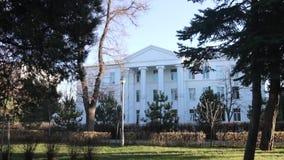 Das alte Weiße Haus mit Spalte nahe Bäumen stock video