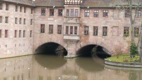 Das alte weltberühmte Gebäude in Nürnberg, das Krankenhaus des Heiliger Geist, das das erste Krankenhaus und jetzt war stock video footage