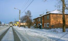 Das alte Wohn des Ziegelsteines ist nahe der Fahrbahn, in der Stadt von Sharypovo Lizenzfreie Stockfotos