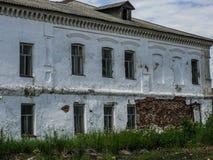Das alte zerbröckelnde Gebäude in der russischen Provinz in der Kaluga-Region Stockbild