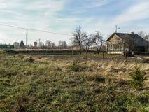 Das alte zerbröckelnde Gebäude in der russischen Provinz in der Kaluga-Region Lizenzfreie Stockfotos