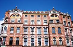Das alte Ziegelsteinhaus unter blauem Himmel Stockfotos
