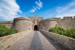 Das Amboise-Tor und die Stadtmauern der mittelalterlichen Stadt der Stadt von Rhod stockfotografie