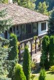 Das Anfängerstärkungsmittel auf dem Balkon des alten Troyan-Klosters, Bulgarien Stockfoto