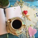 Das Anfang des Tages: Morgenkaffee und geöffnetes Notizbuch Lizenzfreies Stockfoto