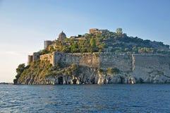 Das Aragonese-Schloss in der untergehenden Sonne Lizenzfreie Stockfotografie