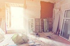 Das Arbeiten Prozess von der Installierung von PVC-Fenstern in Raum der Wohnung ist im Bau und gestaltet, Erneuerung, Erweiterung lizenzfreies stockfoto