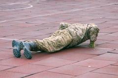Das Armeesoldathandeln drückt hoch Weicher Fokus lizenzfreies stockbild