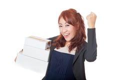 Das asiatische Büromädchen, das mit 3 Kästen sehr glücklich sind und die Faust pumpen Lizenzfreie Stockfotografie