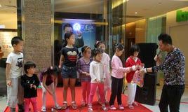 Das asiatische Kind und der Wirt wechselwirkend auf Stadium in dem Teleshop in Shenzhen Lizenzfreies Stockbild