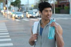 Das asiatische Läufertrinken Sport trinken - Archivbild Stockbilder