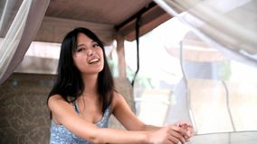 Das asiatische Mädchen, das auf dem Schwingen sitzt stock footage