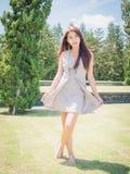 Das Asien-Mädchen im Garten lizenzfreies stockfoto